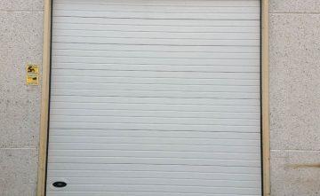 Puerta Seccional Industrial. Con Revestimiento en Poliester, RAL 9002.
