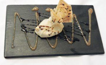 Crujiente de camembert con puré de membrillo