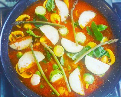 Paella vegetariana con verduras de temporada